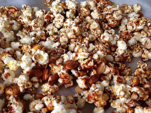 Caramel_and_almond_popcorn